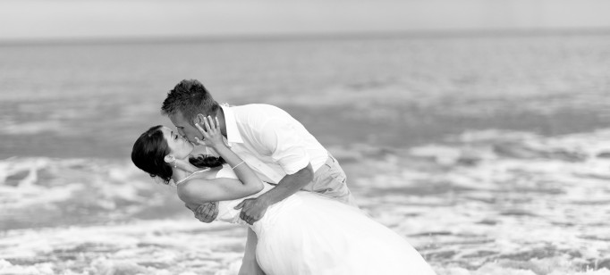 Casamentos: dez dicas para casar na praia   Casamentos: dez dicas para casar na praia  wedding bride kiss water sea beach black and white 682x308
